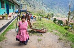 Fille de sourire à l'école rurale au Guatemala Images stock