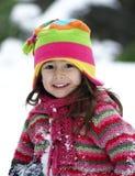 Fille de sourire à l'extérieur dans le vêtement de l'hiver Photo stock