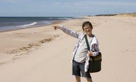 Fille de sourire à la plage image stock