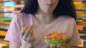 Fille de sourire appréciant la salade de légume frais avant caméra, consommation saine, régime banque de vidéos