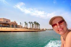 Fille de sourire au voyage en mer photographie stock