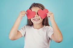 Fille de sourire avec des coeurs dans ses yeux Photos stock