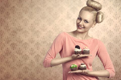 Fille de sourire avec différents petits gâteaux photographie stock libre de droits