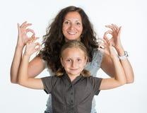 Fille de sourire avec la mère montrant le signe correct Image libre de droits