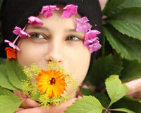 Fille de sourire avec le masque de fleur de son visage Photo stock