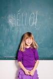 Fille de sourire avec le mot bonjour sur le tableau Images stock