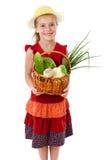 Fille de sourire avec le panier des légumes Photo libre de droits
