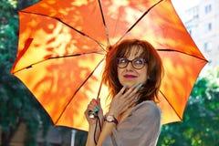 Fille de sourire avec le parapluie Images libres de droits