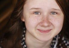 Fille de sourire avec le visage couvert de taches de rousseur avec du charme Photo libre de droits