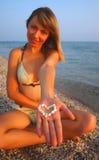 Fille de sourire avec un coeur dans sa main photo stock