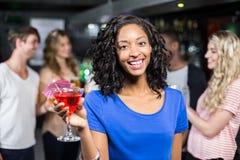 Fille de sourire ayant un cocktail avec ses amis Images libres de droits