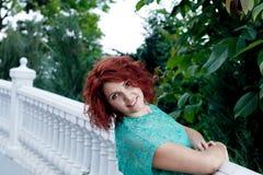 Fille de sourire de cheveux rouges mignons Image libre de droits