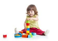 Fille de sourire d'enfant jouant des jouets de bloc constitutif Images stock