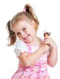 Fille de sourire d'enfant mangeant la crème glacée d'isolement Photographie stock libre de droits