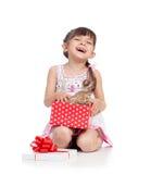 Fille de sourire d'enfant tenant le boîte-cadeau avec le chaton Photo stock