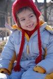 Fille de sourire dans des vêtements de l'hiver Photographie stock libre de droits