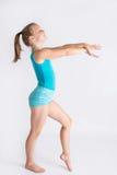 Fille de sourire dans la position de gymnastique photographie stock libre de droits