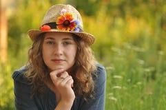 Fille de sourire dans un chapeau de paille photographie stock