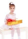 Fille de sourire dans une belle robe blanche photo stock