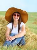 Fille de sourire de brunette dans le chapeau Image stock