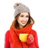 Fille de sourire de hippie dans des vêtements d'hiver avec la tasse photos libres de droits
