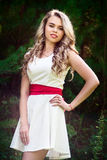 Fille de sourire de photo d'été dans une robe blanche Images stock