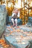 Fille de sourire en stationnement d'automne Images libres de droits