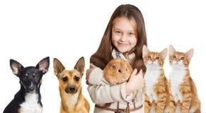 Fille de sourire et un ensemble d'animaux familiers Images stock