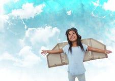 Fille de sourire feignant pour être un pilote sur le fond de ciel nuageux Images libres de droits