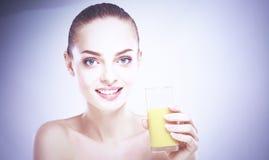 Fille de sourire gaie avec la serviette tenant un verre de jus d'orange photos libres de droits