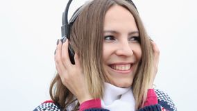 Fille de sourire heureuse avec des écouteurs écoutant la musique banque de vidéos