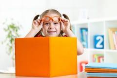 Fille de sourire heureuse d'enfant avec des livres, éducation Images libres de droits