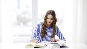 Fille de sourire heureuse d'étudiant avec des livres banque de vidéos