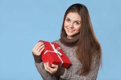 Fille de sourire heureuse dans l'excitation avec la boîte de Noël images libres de droits
