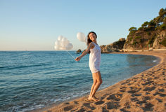 Fille de sourire heureuse de brunette sur la plage ensoleillée Photographie stock libre de droits
