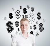 Fille de sourire heureuse de gagner l'argent Photo stock