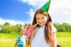 Fille de sourire heureuse sur la fête d'anniversaire Photos libres de droits