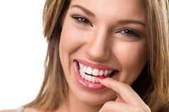 Fille de sourire mignonne avec le sourire parfait Photographie stock libre de droits