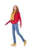 Fille de sourire mignonne dans la veste rouge et des jeans d'isolement Image libre de droits