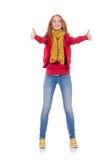 Fille de sourire mignonne dans la veste rouge et des jeans d'isolement Photo libre de droits