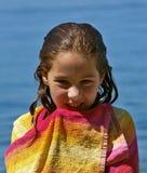 Fille de sourire mignonne enveloppée avec un essuie-main Photographie stock