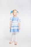 Fille de sourire mignonne sur un fond blanc Photographie stock libre de droits