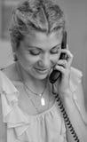 Fille de sourire parlant au téléphone de fil Photos libres de droits