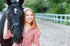 Fille de sourire prenant soin du cheval Photo libre de droits