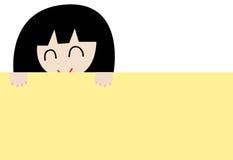 Fille de sourire retenant un panneau jaune Images stock