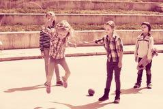 Fille de sourire sautant tandis que jeu de corde de saut Photo libre de droits