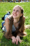 Fille de sourire sur l'herbe Images libres de droits