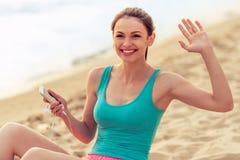 Fille de sport avec l'instrument sur la plage Photos libres de droits