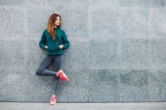Fille de sport de forme physique dans la rue photos stock
