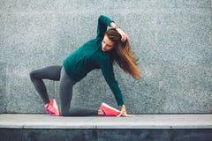 Fille de sport de forme physique dans la rue photographie stock libre de droits